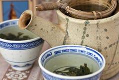 Thé vert avec la cuvette Photographie stock