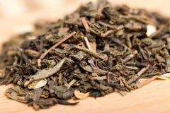 Thé vert avec le jasmin sur un panneau en bois Photo stock