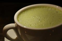 Thé vert avec peu de lumière photos stock