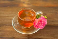 thé vert délicieux dans le beau bol en verre sur la table photos libres de droits