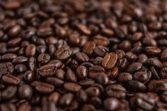 Thé vert dans l'aromaCoffee blanc de fond de tasse blanche, café de grain de café à l'arrière-plan blanc de café de café d'amour  Photo libre de droits
