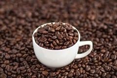 Thé vert dans l'aromaCoffee blanc de fond de tasse blanche, café de grain de café à l'arrière-plan blanc de café de café d'amour  Photographie stock libre de droits