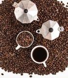 Thé vert dans l'aromaCoffee blanc de fond de tasse blanche, café de grain de café à l'arrière-plan blanc de café de café d'amour  Photos libres de droits