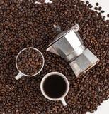 Thé vert dans l'aromaCoffee blanc de fond de tasse blanche, café de grain de café à l'arrière-plan blanc de café de café d'amour  Images stock