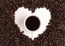 Thé vert dans l'aromaCoffee blanc de fond de tasse blanche, café de grain de café à l'arrière-plan blanc de café de café d'amour  Image stock