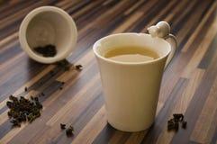 Thé vert dans la tasse de thé décorée sur la table en bois propre Photographie stock