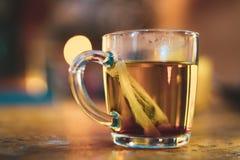 Thé vert dans une cuvette image libre de droits
