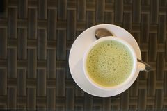 Thé vert dans une tasse avec la cuillère images stock