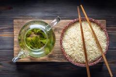 Thé vert de chinois traditionnel de la fermentation différente et du riz photos libres de droits