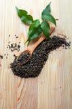 Thé vert en cuillère et feuilles de thé en bois Photos libres de droits