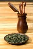 Thé vert et outils en bois Image libre de droits