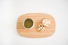 Thé vert japonais et deux biscuits de riz sur un plateau Images stock