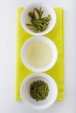 Thé vert sous trois formes : séchez, infusion et feuilles après brassage Images stock