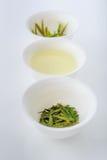 Thé vert sous trois formes : séchez, infusion et feuilles après brassage Photographie stock libre de droits