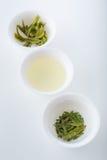 Thé vert sous trois formes : séchez, infusion et feuilles après brassage Photo stock