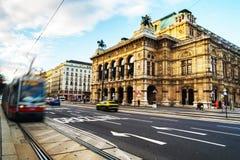 Théatre de l'opéra à Vienne, Autriche à avec le trafic photos libres de droits