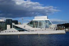 Théatre de l'opéra d'Oslo vu de l'autre côté de l'eau Photo stock