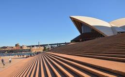 Théatre de l'opéra de Sydney avec le ciel bleu Image stock
