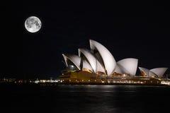 Théatre de l'opéra de Sydney avec le clair de lune Photos stock