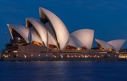 Théatre de l'opéra de Sydney d'isolement au coucher du soleil Photographie stock