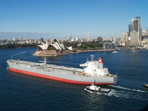 Théatre de l'$opéra de Sydney et le bateau Photographie stock libre de droits