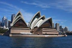 Théatre de l'$opéra de Sydney et vue de CBD Image stock