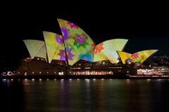 Théatre de l'$opéra de Sydney sous des lumières de festival. images libres de droits