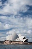 Théatre de l'opéra en ciel bleu. Photo stock
