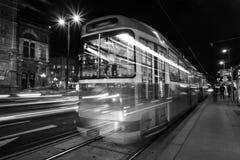Théatre de l'opéra lumineux à Vienne, l'Autriche et le tram photo stock
