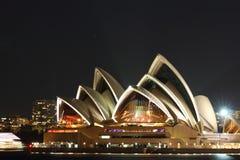 Théatre de l'$opéra vibrant de Sydney la nuit Photos libres de droits