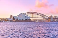 Théatre de Sydney Harbor Bridge et de l'opéra au coucher du soleil photographie stock