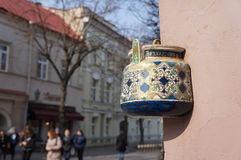 Théière antique sur la façade du vieux bâtiment à Vilnius, Lithuanie Photos stock