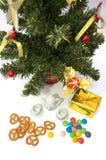 Théière avec la cuvette et sous l'arbre de sapin de cristmas Photographie stock libre de droits