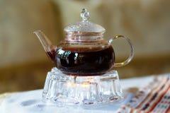 Théière avec le thé rouge images stock