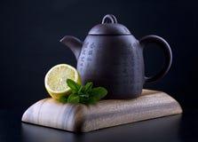 Théière chinoise avec le citron et la menthe photo stock