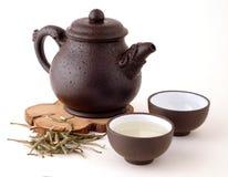 Théière chinoise de Brown avec du thé vert Photographie stock libre de droits