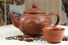 Théière d'argile, cuvette, thé et anis d'étoile Photographie stock