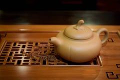 Théière d'argile sous forme de potiron pour une cérémonie de thé sur un conseil en bois image stock