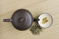Théière en céramique avec du thé vert Photos libres de droits