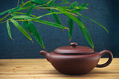 Théière en céramique avec les feuilles en bambou Photo libre de droits