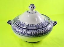 Théière en céramique d'isolement sur le fond vert Maroc image stock