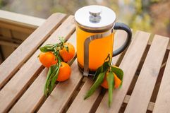 Théière en verre avec l'orangeade et les mandarines photographie stock libre de droits
