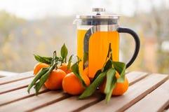Théière en verre avec l'orangeade et les mandarines images libres de droits