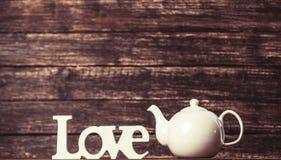 Théière et amour de mot Photographie stock