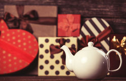Théière et cadeaux photographie stock