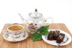Théière et cuvette de thé avec des 'brownie' Photographie stock