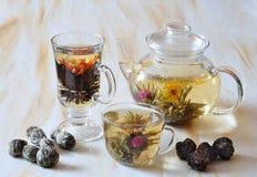 Théière et cuvettes avec du thé Photo libre de droits