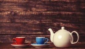 Théière et deux tasses de thé Images stock