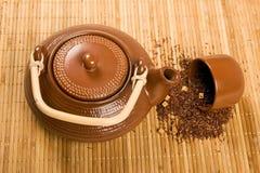 Théière et feuilles de thé Photographie stock libre de droits
