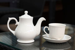 Théière et tasse de thé blanches Photo libre de droits